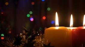 Neues Jahr ` s Kerzen und Weihnachtsdekorationen Unscharfer Hintergrund mit farbigen Lichtern Die Bewegung der Kamera ist stock video