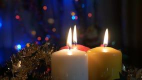 Neues Jahr ` s Kerzen und Weihnachtsdekorationen Unscharfer Hintergrund mit farbigen Lichtern Nehmen Sie von der Zone von nicht h stock footage