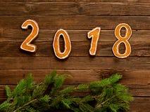 Neues Jahr `s Konzept Abbildung 2018 und Hahn vom Lebkuchen, FI Lizenzfreie Stockbilder
