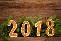 Neues Jahr `s Konzept Abbildung 2018 vom Lebkuchen, Tannenzweig an Lizenzfreies Stockbild