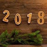 Neues Jahr `s Konzept Abbildung 2018 vom Lebkuchen, Tannenzweig an Stockfotografie