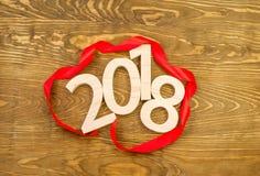 Neues Jahr `s Konzept Tabellen 2018 schnitzten vom Holz auf dem backgro Stockfotografie