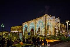 Neues Jahr ` s Lichtinstallation, feenhafter Wald und eine Reise zum Weihnachten auf Manezhnaya quadrieren Moskau, Russland stockbild