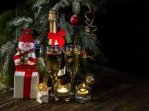 Neues Jahr ` s oder Weihnachtshintergrund mit Lichtern und Champagne Lizenzfreie Stockfotos
