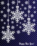 Neues Jahr ` s oder Weihnachtsspielzeug hergestellt von den Schneeflocken auf einem blau-und-schwarzen Hintergrund Lizenzfreie Stockfotos