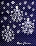 Neues Jahr ` s oder Weihnachtsspielzeug hergestellt von den Schneeflocken auf einem blau-und-schwarzen Hintergrund Stockfotografie
