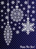 Neues Jahr ` s oder Weihnachtsspielzeug hergestellt von den Schneeflocken auf einem blau-und-schwarzen Hintergrund Lizenzfreies Stockfoto
