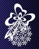 Neues Jahr ` s oder Weihnachtsspielzeug hergestellt von den Schneeflocken mit Band und Bogen Stockbilder