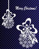 Neues Jahr ` s oder Weihnachtsspielzeug hergestellt von den Schneeflocken mit Band und Bogen Lizenzfreies Stockfoto