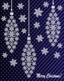 Neues Jahr ` s oder Weihnachtsspielzeug hergestellt von den Schneeflocken mit Band und Bogen Stockfoto