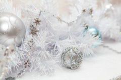 Neues Jahr ` s spielt auf einem weißen Feiertagsbaum Stockbild