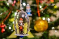 Neues Jahr ` s Spielzeug in Form eines Briefträgers, der an einem Weihnachtsbaum hängt Stockfoto