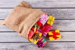 Neues Jahr ` s Tasche mit Geschenken Stockbilder