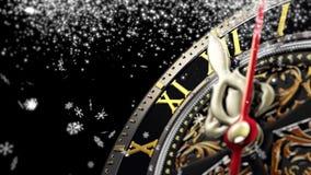 Neues Jahr ` s um Mitternacht - alte Uhr mit Sternschneeflocken auf schwarzem Hintergrund 4K stock footage