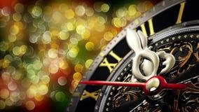 Neues Jahr ` s um Mitternacht - alte Uhr mit Sternschneeflocken und -Lichterkette 4K Lizenzfreie Stockfotos