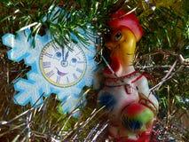 Neues Jahr ` s und Weihnachten Die Schneeflocke und das Symbol von 2017 - der rote brennende Hahn Der Innenraum des neuen Jahres Stockbild