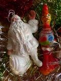 Neues Jahr ` s und Weihnachten Santa Claus, der nette Schneemann und das Symbol von 2017 - der rote brennende Hahn Der Innenraum Lizenzfreies Stockfoto