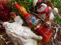 Neues Jahr ` s und Weihnachten Santa Claus, der nette Schneemann und das Symbol von 2017 - der rote brennende Hahn Der Innenraum Lizenzfreies Stockbild
