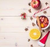 Neues Jahr ` s und Weihnachtsdekoration mit Bestandteilen für Vorbereitungsglühwein, Zimt und Nelken, gezeichnete Grenze auf eine lizenzfreies stockfoto