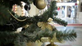 Neues Jahr ` s und Zusammenfassung verwischten Einkaufszentrumhintergrund mit Weihnachtsdekorationen Goldkugeln stock video footage