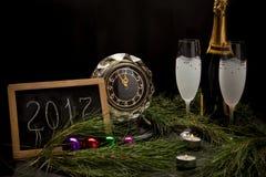 Neues Jahr ` s Vorabenddekoration mit Uhr Stockfotografie