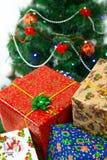 Neues Jahr ` s, Weihnachtsgeschenke auf dem Hintergrund eines verzierten Weihnachtsbaums Stockfotografie