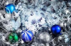 Neues Jahr ` s Zusammensetzung von Bällen, von Kegeln und von Schnee mit einem Platz für Text Abbildung der roten Lilie tonen Lizenzfreie Stockbilder