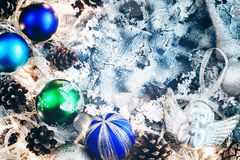 Neues Jahr ` s Zusammensetzung von Bällen, von Kegeln und von Schnee mit einem Platz für Text Abbildung der roten Lilie tonen Stockbild