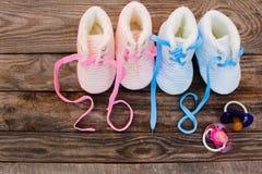 2018 neues Jahr schriftlich Spitzee Kind-` s von Schuhen und von Friedensstifter Stockfoto