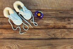 2018 neues Jahr schriftlich Spitzee Kind-` s von Schuhen und von Friedensstifter auf altem hölzernem Hintergrund Stockbild