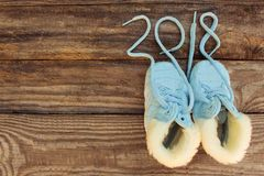 2018 neues Jahr schriftlich Spitzee von Kind-` s Schuhen Lizenzfreie Stockfotografie