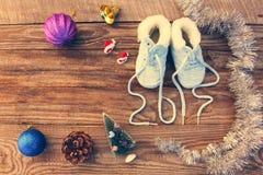 2017 neues Jahr schriftlich Spitzee von Kind-` s Schuhen, Weihnachtsdekorationen Lizenzfreie Stockfotos