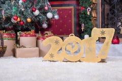 Neues Jahr 2017 stellt auf dem Hintergrund von Weihnachtsbäumen dar Stockfotos
