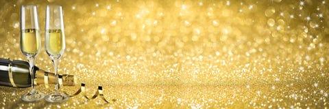 Neues Jahr-Toastchampagnerfahne, goldener Hintergrund Stockbild
