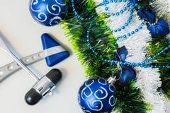 Neues Jahr und Weihnachten im Büro eines neurologischen Hammers des Neurologen, des Neurochirurgen oder des Neurologen zwei, der  Stockbilder