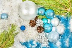 Neues Jahr und Weihnachtsblaue und weiße Dekorationen stockbild