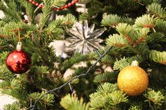 Neues Jahr und Weihnachtsdekoration spielen Weihnachtsbäume, Wohnungshäuser Stockfotografie