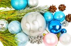 Neues Jahr und Weihnachtsdekorationen auf weißem Hintergrund lizenzfreie stockfotografie
