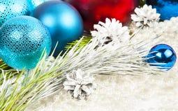 Neues Jahr und Weihnachtsdekorationen auf weißem Hintergrund mit Ball stockbild