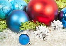 Neues Jahr und Weihnachtsdekorationen auf weißem Hintergrund mit rotem Ball lizenzfreie stockbilder