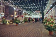 Neues Jahr und Weihnachtsdekorationen und -lichter in den Straßen von Moskau Stockfotografie