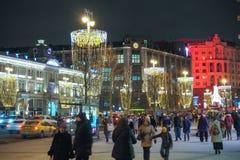 Neues Jahr und Weihnachtsdekorationen und -lichter in den Straßen von Moskau Leute, die entlang Tverskaya-Straße gehen Lizenzfreies Stockbild
