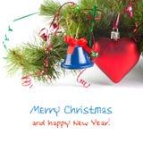 Neues Jahr und Weihnachtseinladung kardieren Schablone mit Baum, rotem Spielzeugherzen und blauer Glocke Lizenzfreie Stockfotografie