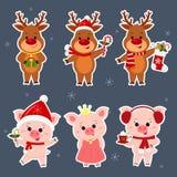 Neues Jahr und Weihnachtskarte Ein gesetzter Aufkleber von drei Rotwild und von drei Schweincharakteren in den verschiedenen Hüte vektor abbildung