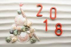 2018-neues Jahr- und Weihnachtsstrandhintergrund Lizenzfreie Stockfotos