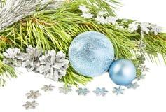 Neues Jahr und Weihnachtszusammensetzung mit Tannenbaum, Kegeln und silv stockbilder