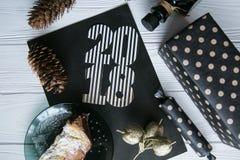 Neues Jahr und Winter eingestellt auf weißen hölzernen Hintergrund mit den Schwarzen und natürlichen und Golddetails, gestreiftem Lizenzfreies Stockbild