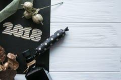 Neues Jahr und Winter eingestellt auf weißen hölzernen Hintergrund mit den Schwarzen und natürlichen und Golddetails, gestreiftem Stockbilder