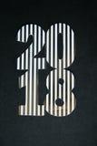 Neues Jahr und Winter eingestellt auf weißen hölzernen Hintergrund mit den Schwarzen und natürlichen und Golddetails, gestreiftem Lizenzfreie Stockbilder