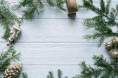 Neues Jahr und Winter eingestellt auf weißen hölzernen Hintergrund mit Tannenbaum, gestreiftem goldenem und weißem 2018 Stockfotografie